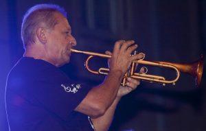 Lionel Aymes jouant de la trompette